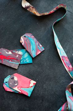 DIY Marbleized Ribbon and tags Oh Happy Day! Ebru Art, Nail Polish Crafts, Diy Envelope, Holiday Gift Tags, Simple Christmas, Christmas Ideas, Diy Arts And Crafts, Recycled Crafts, Craft Tutorials