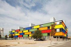 Edificio multicolor: una arquitectura más cercana y expresiva