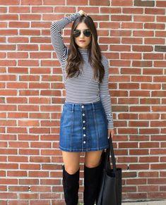 Saia jeans com blusa listras e bota over the knee para o inverno