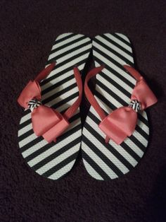 Adult black and white side bow flip flop.