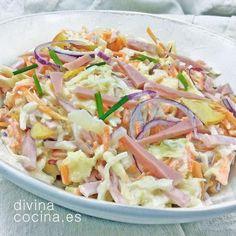 Esta ensalada de col con manzana es rápida y sencilla. En la cocina alemana sustituyen el jamón cocido por salchichas de Frankfurt pasadas por la plancha