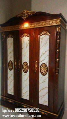 Lemari Pakaian 3 Pintu Jati Ukir Mewah merupakan lemari pakaian dengan desain mewah ukiran yang berbahan kayu jati perhutani dengan kontruksi yang kuat