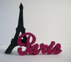 Decoração para mesa torre Eiffel e palavra Paris em letra cursiva. <br> <br>Peça produzida em Isopor P2,Peça pintada e banhada em Glitter. <br>Dimensões a partir da torre. 21 alt e 23 cm comprimento, peça fica de pé sem apoio. <br> <br>OBS. Cor opcional, inicio de produção após confirmação de pagamento pelo Elo7. <br> <br>Tire suas dúvidas antes de efetuar a compra!