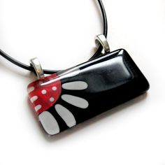 Hand painted daisy glass pendant - black and red - I like the double bale idea! Fused Glass Jewelry, Fused Glass Art, Enamel Jewelry, Resin Jewelry, Mosaic Glass, Jewelry Art, Beaded Jewelry, Glass Pendants, Fused Glass