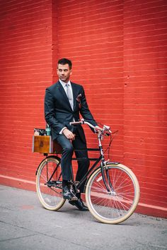 preferredmode:  The inimitable @George Hahn rides his @Brooklyn Bicycle Co. to a client meeting in SoHo #bikenyc #preferredmode View Post