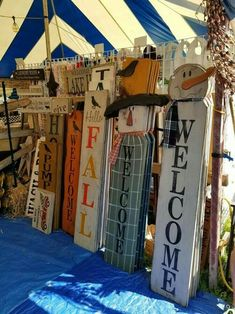 44 DIY Fall Pallet Ideas Inspiring You In you're creative and and looks to craft new tips for the home, pallet wood plans are the perfect option. The recycled wood pallet closet idea will cause you to # DIY Adornos Halloween, Halloween Crafts, Holiday Crafts, Fall Halloween, Fall Wood Crafts, Wooden Crafts, Thanksgiving Wood Crafts, Christmas Wood, Christmas Signs