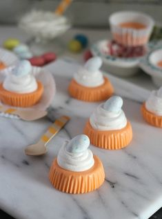 These Orange Creamsicle Yogurt Bites are a super easy snack you can whip up with just 2 simple ingredients. This recipe is completely customizeable so you can make yogurt bites in any flavor! Easy No Bake Desserts, Healthy Dessert Recipes, Summer Desserts, Delicious Desserts, Snack Recipes, Diabetic Deserts, Summer Treats, Jello Recipes, Yogurt Recipes