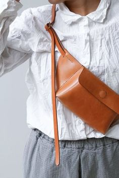 Melete Paper Plane Sac Enso Edition Caramel Source by vbrten Accessories Leather Belt Bag, Leather Handbags, Leather Wallet, Leather Bags Handmade, Leather Craft, Hip Bag, Leather Projects, Leather Design, Mode Outfits