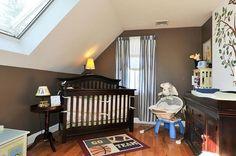 kinderzimmer babyzimmer dachschräge weiß wandfarbe dunkelgrau