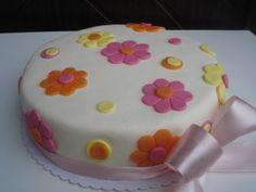 Dortík laděný do pastelových barev oranžové, žluté a růžové.