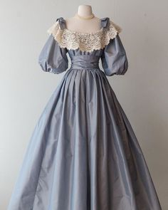 🏰Princess, your new dress is waiting. Source by midwestnutmeg dress Old Fashion Dresses, Old Dresses, Vintage Dresses, Vintage Outfits, Fashion Outfits, 1800s Dresses, 1920s Dress, Vintage Hats, Fashion Fashion