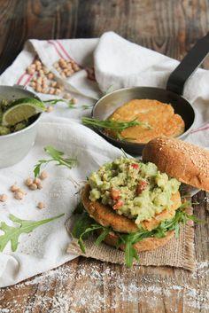 Veggie burger with chickpeas Burger Mania, Burger Co, Plat Vegan, Vegetarian Recipes, Healthy Recipes, Vegan Burgers, Vegetable Dishes, Going Vegan, Food Inspiration
