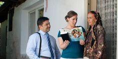 Uma mulher presta atenção enquanto duas Testemunhas de Jeová apresentam para ela a brochura Boas Notícias