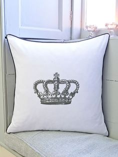 A regal addition, this cushion bears the famous Swedish crown and comes in an ultra-stylish monochrome colourway.