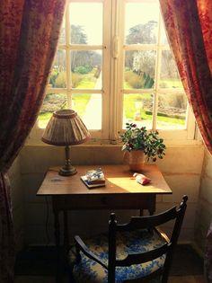 Cette petite table installée dans le Château est idéale pour la lecture dans avec une jolie vue sur l'allée centrale de