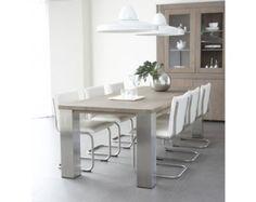 Eiken eettafel met rvs poten en moderne stoelen