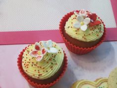 Sweet Cupcakes with Buttercream, decorated with Silikomart and Fondant Flowers