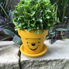 Painted Plant Pots, Painted Flower Pots, Flower Pot Crafts, Clay Pot Crafts, Disney Garden, Winnie The Pooh Honey, Flower Pot Design, Pot Jardin, Disney Home Decor