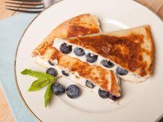 Das macht garantiert auch Morgen-Muffel munter und satt: Quesadillas gefüllt mit Frischkäse und Blaubeeren.