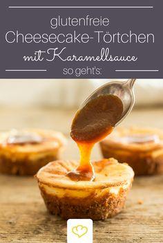 Einfach unwiederstehlich - Cheesecake-Törtchen mit Karamellsauce. Und das Beste: sie sind auch noch glutenfrei!