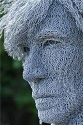 Portraits in Wire - ivan lovatt sculpture.  Made of barbwire. Gemaakt van kuikengaas