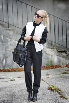 Daria z http://styllove.blogspot.com/ jak zawsze w formie! Tym razem postawiła na stylizację w ponadczasowym, biało-czarnym wydaniu. Skórzane botki i torebka uzupełnione zostały przez luźne, materiałowe spodnie i niezwykle modną dwukolorową bomber jacket ze skórzanymi rękawami. Cała stylizacja wygląda naprawdę pięknie!