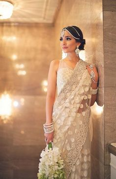 This beautiful bride is wearing a simple white sari with elegant embroidery on the border. This wedding saree is perfect for a fusion bridal saree; add some nice jewelry and it's so beautiful Indian Dresses, Indian Outfits, Indian Clothes, Dresses Dresses, Women's Fashion Dresses, Formal Dresses, Designer Saree Blouses, White Sari, Indian Bridal Wear
