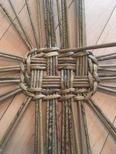 super ideas for basket weaving diy newspaper Paper Basket Diy, Paper Basket Weaving, Willow Weaving, Basket Crafts, Newspaper Basket, Newspaper Crafts, Diy Paper, Newspaper Paper, Paper Clay