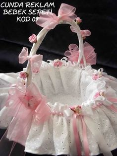 Risultati immagini per royal bebek sepetler Baby Baskets, Easter Gift Baskets, Shabby Chic Crafts, Shabby Chic Pink, Hobbies And Crafts, Diy And Crafts, Wedding Gift Baskets, Basket Crafts, Flower Girl Basket