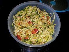 """Lisa ortet sich als """"Tupperdosenveganer"""" - dieser Salat aus Zucchini, Tomate und Avocado-Curry-Creme begleitete Lisa und ihren Freund bei einem Ausflug nach Dortmund."""