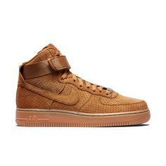 Las Air Force One. Fueron lanzadas al mercado por Nike en 1982. Destinadas a las canchas de baloncesto, estas deportivas fueron las primeras en llevar la tecnología Nike Air. Hoy han sido reeditadas en elegantes pieles para acercarlas más al mundo de la moda y alejarlas del deportivo..
