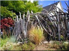Zulu fence, 8 - 10 cm, We offer excellent raw materials for building fences from Europe's most durable tree!, Industrial loft Möbel Garden borders, home de Garden Poles, Garden Stakes, Garden Bridge, Wooden Floor Tiles, Wooden Flooring, Fence Art, Metal Fence, Loft Furniture, Garden Furniture