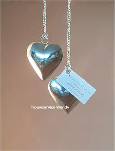 Mooi hart met zilverkleurig koord om op te hangen. De maat van het hart is 5,5 cm. Samen met het koord is het geheel in totaal ca. 15 cm. lang  Eventueel met bedankkaartje eraan.