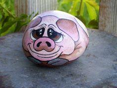 dessin-sur-galet-un-petit-cochon-misérable-dessiné-sur-galet Yeux Halloween, Art Pierre, Painted Rocks Craft, Rock Painting Ideas Easy, Rock Design, Rock Crafts, Pebble Art, Rock Art, Piggy Bank