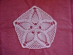I've been looking for an inspiration on my next project and I thought I'd like to crochet a starfish. I've looked around the net and have found many inspirations. I've liste… Free Crochet Doily Patterns, Crochet Motif, Knitting Patterns, Crochet Ideas, Free Pattern, Thread Crochet, Filet Crochet, Yarn Projects, Crochet Projects
