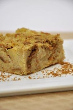 Broodpudding met appel en speculoos Vegan bread pudding with apples and speculoos (biscoff) Bread Pudding With Apples, Vegan Bread Pudding, Köstliche Desserts, Dessert Recipes, Happy Foods, No Bake Cake, Sweet Recipes, Love Food, Baking Recipes