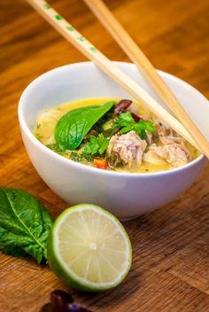 Thajská kokosová polévka s kuřecím masem - Spicy Crumbs Thai Cooking, Ramen, Soup, Ethnic Recipes, Asia, Soups