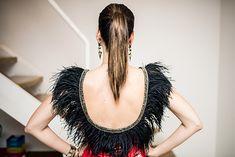 Abadá com plumas customizado de Camila Coutinho para o Carnaval! Mais dicas para customizar e D.I.Y.: goo.gl/6ssZ5X