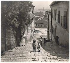 A Szalag-lépcső, 1925 körül (Erdélyi Mór felvétele, BTM Kiscelli Múzeum Fényképgyűjtemény) Old Pictures, Old Photos, Vintage Photos, History Photos, Budapest Hungary, My Heritage, Ancestry, Historical Photos, Tao