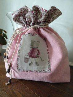 Dame Souris - Capucine Vagabonde - my dream - Pint Pic Cross Stitch Embroidery, Hand Embroidery, Sewing Crafts, Sewing Projects, Shabby Chic Crafts, Linens And Lace, Fabric Bags, Crochet Gifts, Baby Sewing