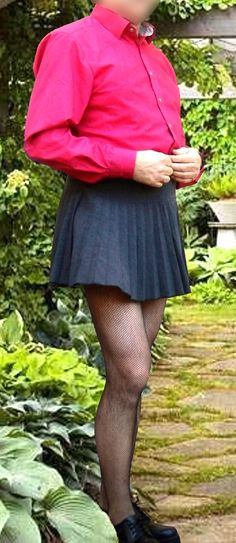 Men in Mini Skirts Man Skirt, Dress Skirt, Skater Skirt, Blue Jeans, Men Wearing Skirts, Tennis Skirts, Androgynous Fashion, Rock Outfits, Modern Man