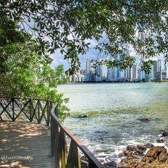 A dica de hoje é curtir o visual do Pontal Norte, localizado em Balneário Camboriú (SC). Uma ótima opção para quem gosta de relaxar fazendo caminhada e curtindo uma bela paisagem! Foto: @bartosmafra Junte-se ao nosso time marcando o @mturismo no Instagram ou use a hashtag #MTur em suas fotos para participar de nossa galeria. #PartiuBrasil #PartiuSC