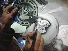 Produção de arte em capacete do Irmãos brothers Brasília oficina Harrison Kustom