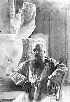 Rodin Pose devant une sculpture