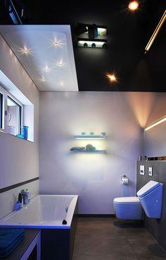 Badezimmer mit Schwarz glänzender Spanndecke und Swarovski Sternenhimmel www.spanndecken-bamberger.de