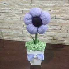 Flor de tecido lilás para decoração, lembrancinha ou centro de mesa para festas. <br>Cachepô em mdf, flor de tecido, miolo e grama em feltro. <br>Podendo ser de outras cores à escolha. <br>Pedido minimo de 05 unidades.