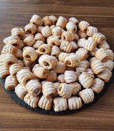 Kurabiye sevenler çift tıklasın 💕Bu haftanın en sevilen tarifi bu oldu sanırım 😊 1 hamurdan 100 kurabiye, hemde çok pratik bir sekilde yapılıyor.. İçinde çok az şeker var, bol kuru meyveli çatal kurabiye😍 Yapılış videosunu yakın zamanda paylasmıstım.. Çatal kurabiye İç için: 1 su bardagı ceviz 1 çay bardagı kuru üzüm 15 adet çekirdekleri çıkartılmış hurma (Hurma yerine 7-8 adet kuru incirde kullanabilirsiniz Çok dolu olmayacak şekilde 1 çay kaşığı tarçın Bütün malzemeleri robota atıp… Cookie Recipes, Dessert Recipes, Bread Recipes, Turkey Cake, Dried Figs, Food Articles, Most Popular Recipes, Cake Decorating Tips, Iftar