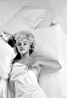 Eve Arnold was an American photojournalist. She joined Magnum Photos agency in and became a full member in Arnold's images of Marilyn Monroe Marylin Monroe, Fotos Marilyn Monroe, Marilyn Monroe Bedroom, Marilyn Monroe Wedding, Marilyn Monroe Poster, The Misfits, Classic Hollywood, Old Hollywood, Hollywood Glamour