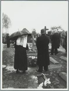 Historie: mensen in rouw op een kerkhof in Grubbenvorst, Brabant. [1947]