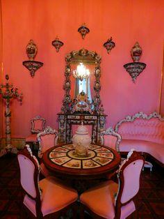 Sala Rosa - O Palácio da Ajuda é uma das atrações que não se pode perder em Portugal. Serviu por várias décadas como residência da Família Real portuguesa e foi um dos lugares que mais gostamos de ter ído em nossas viagens.